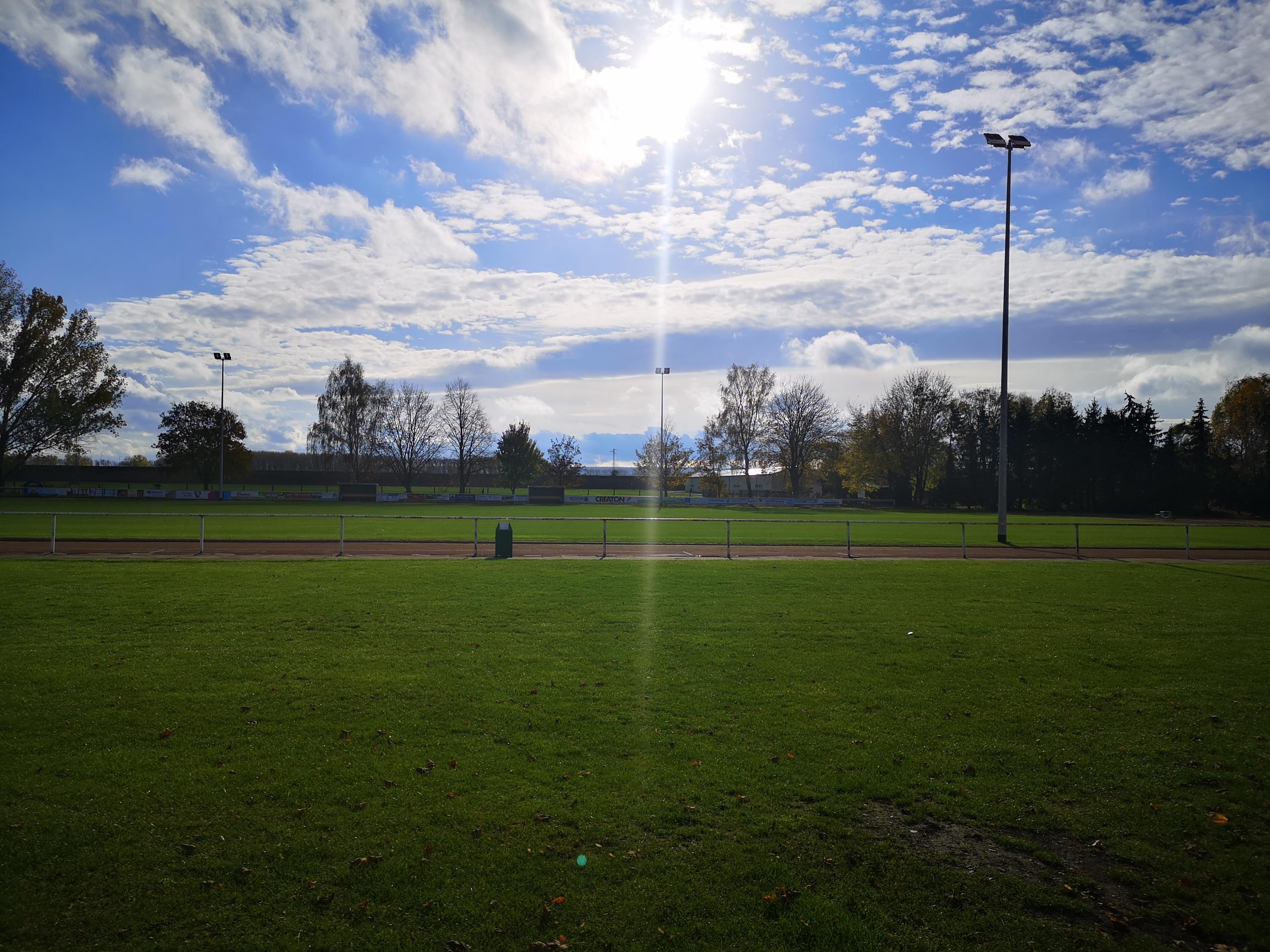 Sportplatz mit Flutlichtanlage