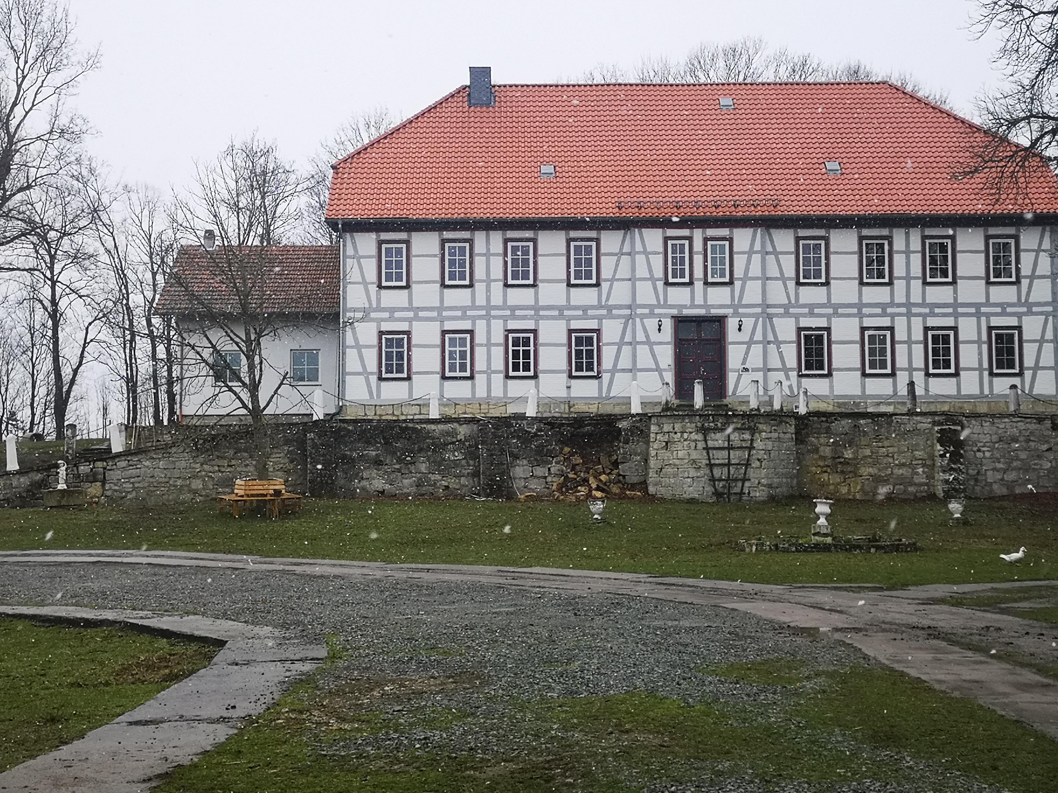 Mauer vor Hauptgebäude vorher