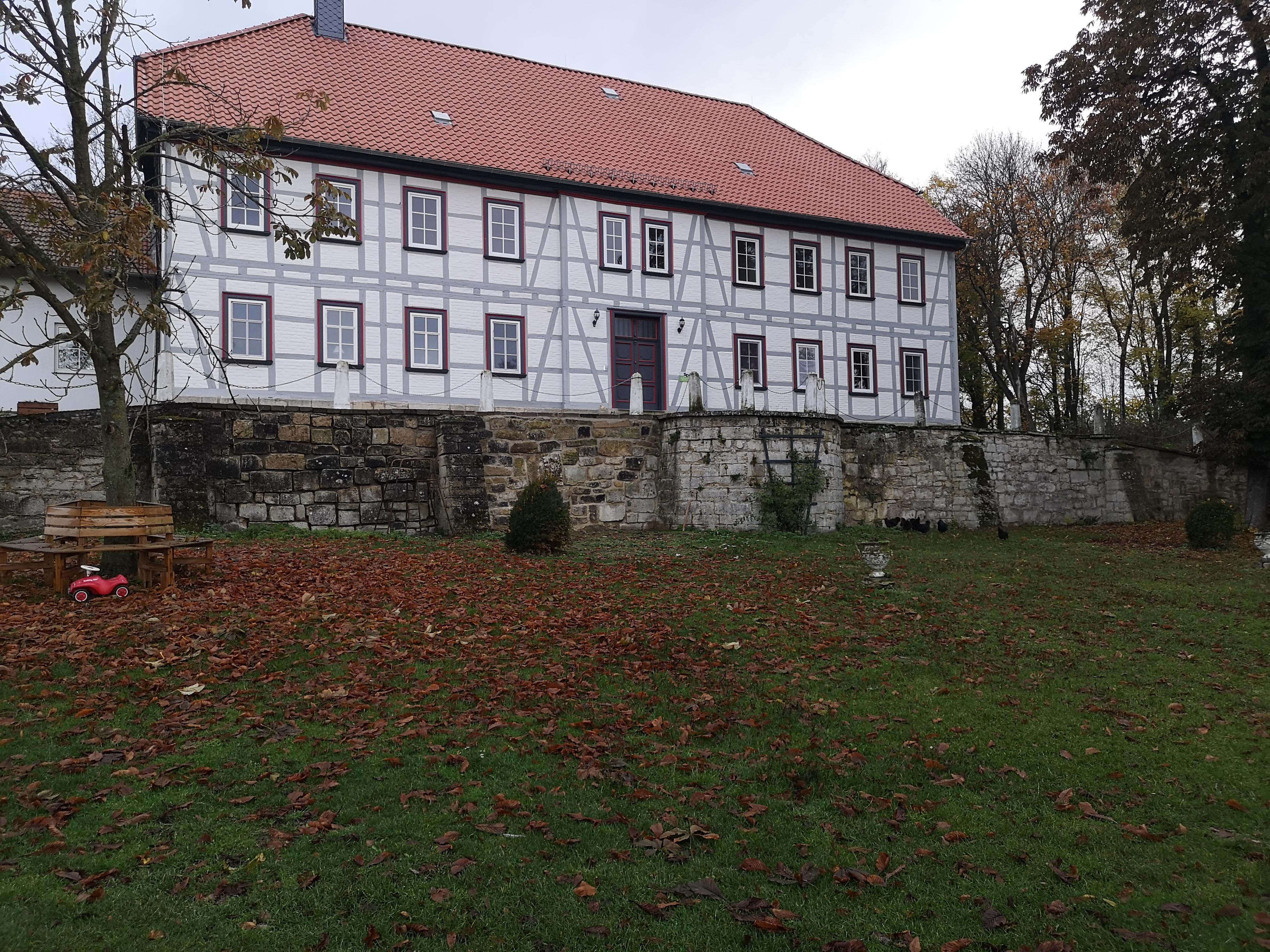 Mauer vor Hauptgebäude nachher