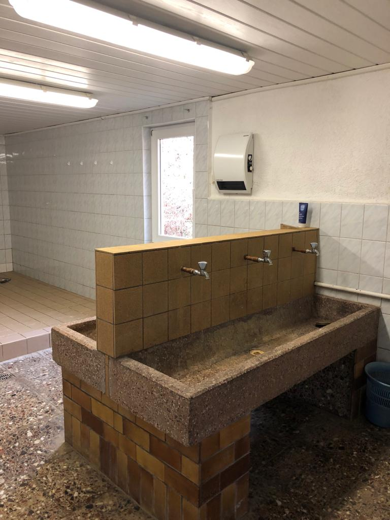 Sportlerheim Faulungen Duschen vorher